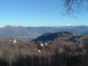 Foto 5 L'Osservatorio astronomico in alto, con Ganda adagiato sul colle e lontano la Valle Gandino
