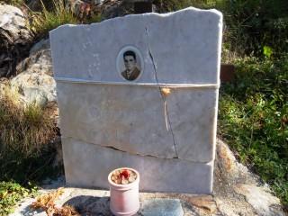La lapide sul sentiero verso il Rifugio Calvi n memoria del giovane bergamino Modesto Carrara di Predale, annegato il 26 luglio 1962 a 18 anni in una delle pozze sotto la diga Bregabolgia mentre accudiva le mucche della famiglia che aveva seguito in alpeggio estivo.