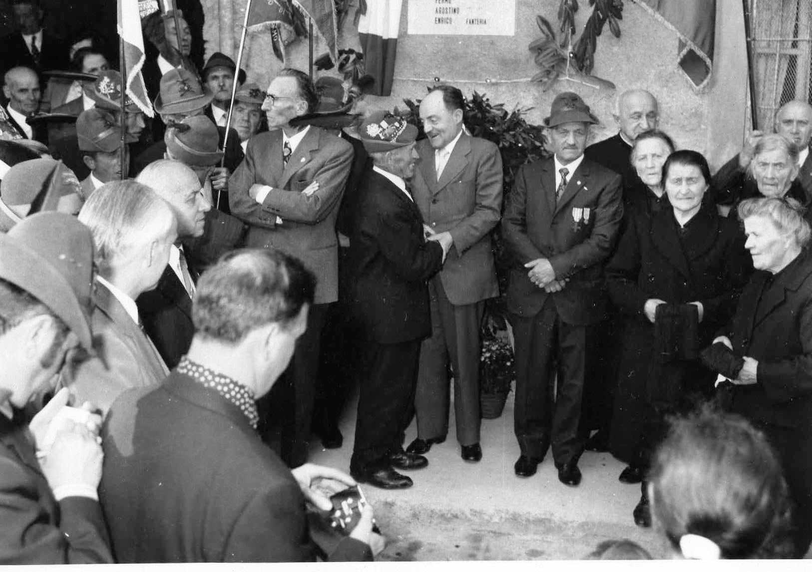 I fratelli dei 4 Combattenti Carrara all'inaugurazione della targa ricordo sulla casa di Amora Bassa, 8-10-1972, insieme all'onorevole Giuseppe Belotti e a don Bepo Vavassori