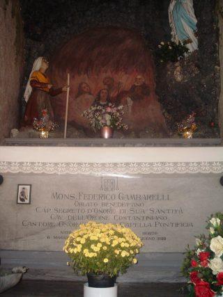 54a La tomba del monsignor Gambarelli nella Cappella Mortuaria del cimitero di Albino