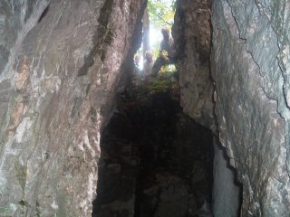 """Il pertugio quasi verticale in fondo al quale è stata incastonata nella roccia la minuscola effigie della """"Madonnina dei Partigiani"""""""