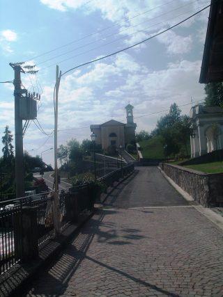 FOTO 6 Il tracciato della Via Mercatorum oggi nel tratto verso la chiesetta di San Rocco, in basso la moderna strada provinciale
