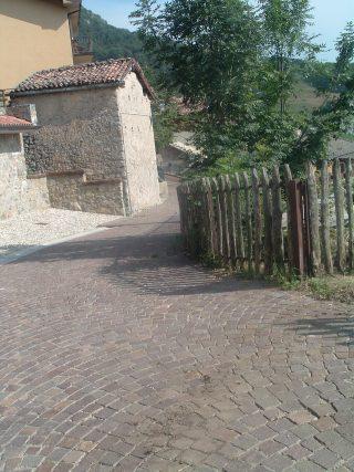 FOTO 8 La Via Mercatorum si insinua ancora oggi tra le antiche abitazioni