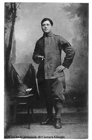 Bernardino Carrara con la fascia a lutto e le 3 stelle dei fratelli morti al fronte