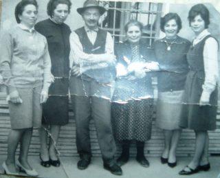 La famiglia che ospitò Manzù ad Aviatico con le figlie da sinistra Nicolina, Rina, il papà Battista, la mamma Teresina, Gemma e Laurina