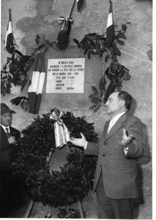 8 ottobre 1972 Inaug Targa casa Caduti Carrara a dx il senatore bergam Giuseppe Belotti e Bernadino Carrara, fratello