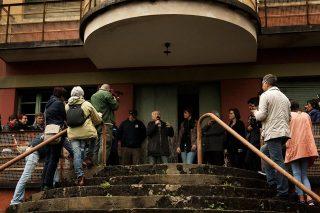 16 aprile 2015, Avraham Aviel uno degli ex bambini di Sciesopoli, racconta la sua storia sulla scalinata del portone di accesso all'edificio, a Selvino.