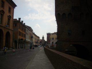 La via intorno al Castello degli Estensi segnata dal terremoto