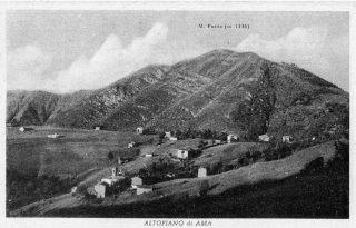 Cartolina d'epoca che raffigura il piano di Ama negli Anni Sessanta con a sinistra il cimitero solitario nel verde