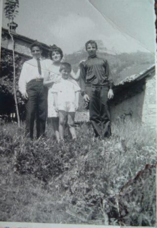 Maria dello STefèn con i fratelli gino osvaldo bimbo Modesto cravatta davanti alla propria casa