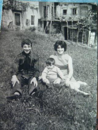 foto2 1950 la gioia dei ragazzi davanti alla casa del Meròl ad angolo col balconcino