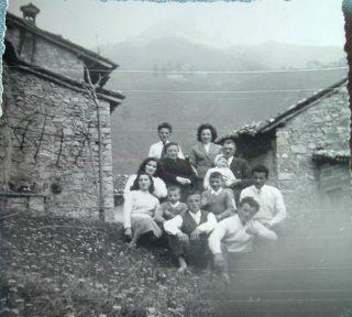 foto9a 1950 La famiglia dello Stefèn con la moglie Bepa davanti alla propria casa, a sinistra la latrina usata come gabinetto