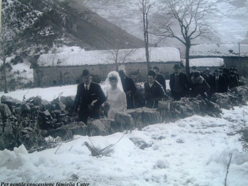 Spose d'inverno lungo le mulattiere di montagna