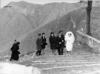 Sposa lungo la mulattiera, da Amora Bassa alla chiesa, frazione di Aviatico, 26 dicembre 1964
