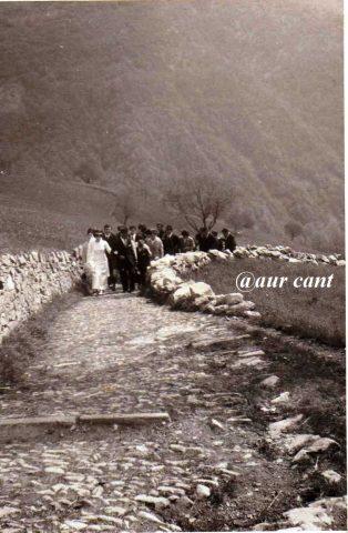 Sposa lungo la mulattiera, da Amora Bassa alla chiesa, frazione di Aviatico, 1967