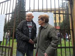 Avraham e Ayala Aviel il 17 aprile 2016 davanti ai cancelli di Sciesopoli Selvino