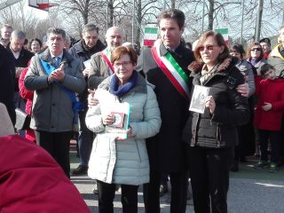 La figlia Gabriella Carrara riceve al Medaglia Commemorative Grande Guerra assegnata al papà Bernardino, insieme alla nipote Cinzia Carrara che tiene in mano la foto del nonno. Con loro il Sindaco di Aviatico dottor Michele Villarboito