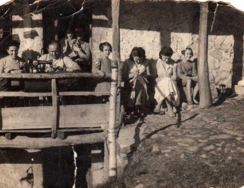 Una ragazza e il suo primo tailleur in tempo di guerra