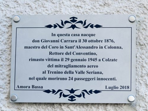 Una targa per don Giovanni Carrara, ucciso il 29 gennaio 1945 nel mitragliamento al treno della Valle Seriana