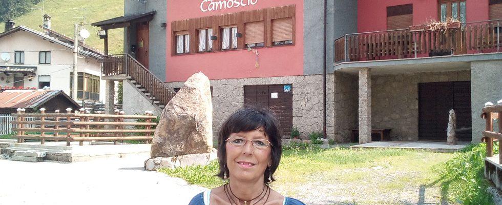 Aurora Cantini davanti al Meublé Camoscio a Lizzola