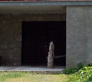 Un'aquila intagliata nel legno davanti alla rimessa del Meublé Camoscio