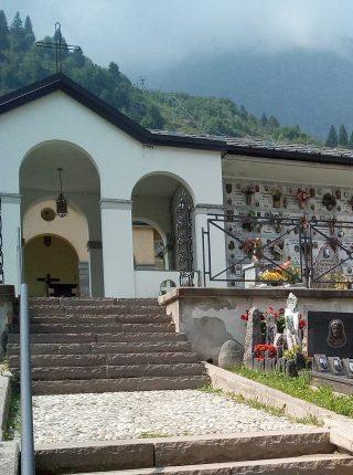A destra del vialetto la tomba di Mario Merelli