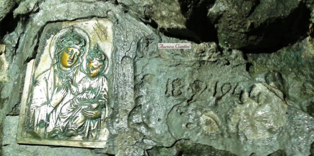 La Madonnina icona con la data incisa 18-9-44, nel fondo della Cornagera