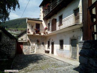 Una delle antiche case del borgo di Arnosto