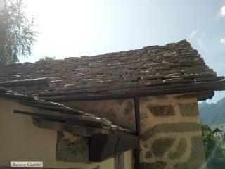 Un tipico tetto con le tegole in pietra, le piöde