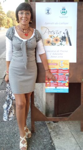 Davanti all'ingresso del Castello della Marigolda a Curno, Aurora Cantini in attesa della premiazione