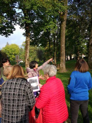 """Aurora Cantini racconta la storia del Parco Osio ad una comitiva di residenti e villeggianti nell'ambito della rassegna """"Gustando Selvino 2019"""""""