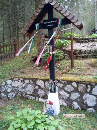 Tricolore tra le lapidi del cimitero di Sorgenti