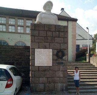 Brunico, il busto dell'Alpino posto sull'imponente basamento