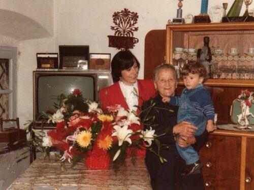 Le nonne di un tempo sempre con il grembiule nero del lutto